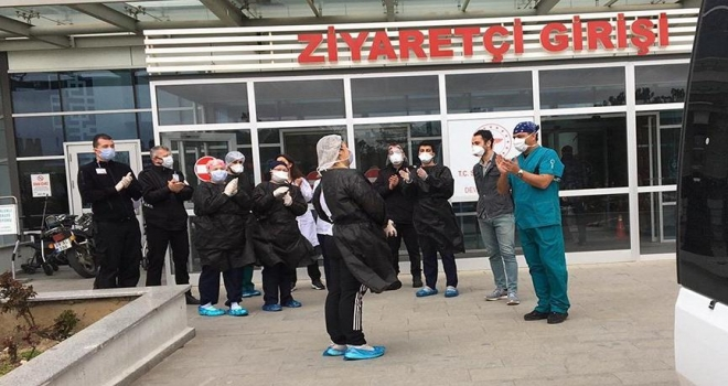 Koronavirüs'ü Yenen Acil Tıp Teknisyeni Alkışlarla Taburcu Edildi