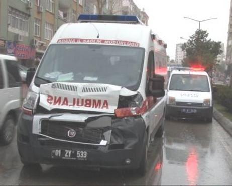 Ambulans Kayganlaşan Yolda Kaza Yaptı