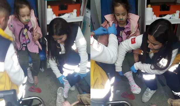 Acil Tıp Teknisyeni Yalın Ayaklı Çocuğa Kendi Çorabını Giydirdi
