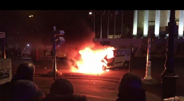 Ambulans çalışanları Meclisin önünde ambulans yaktı