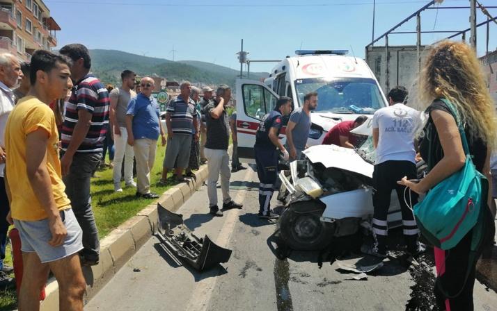 Ambulans İle Otomobil Çarpıştı: 2 Ölü, 1 Yaralı