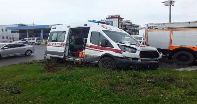 Ambulans ile Otomobil Çarpıştı: 1 Ölü, 1 Yaralı