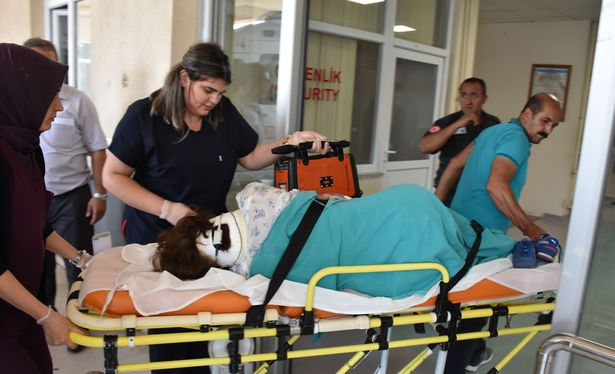 Karşıdan karşıya geçmeye çalışan hemşireye otomobil çarptı
