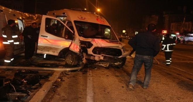 Ambulansın da karıştığı kazada 5 kişi yaralandı