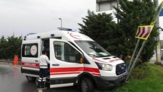 Ambulans Kaygan Yolda Refüje Çıktı