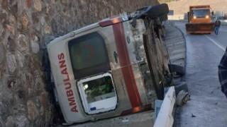 112 Ambulansı Vaka Dönüşünde Devrildi: 2 Yaralı