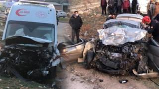 Ambulansla Otomobil Kafa Kafaya Çarpıştı: 3 Kişi Hayatını Kaybetti