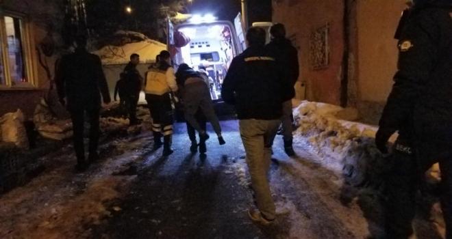 Ambulans Dar Sokağa Giremeyince Yaralıyı Sırtında Taşıdı