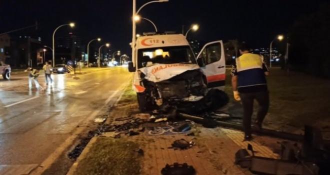 Ambulans İle Ticari Araç Çarpıştı: 3 Yaralı