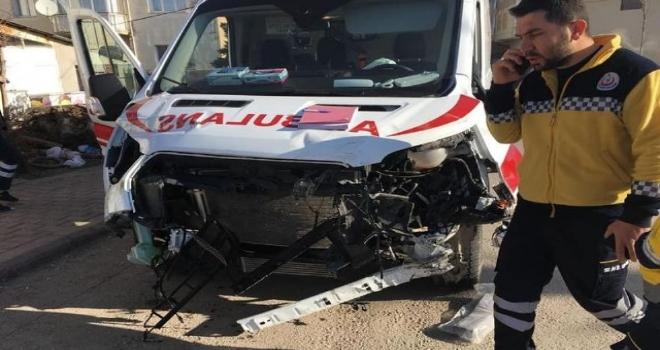 Ambulans Tırla Çarpıştı: Sağlık Personelleri Yaralandı