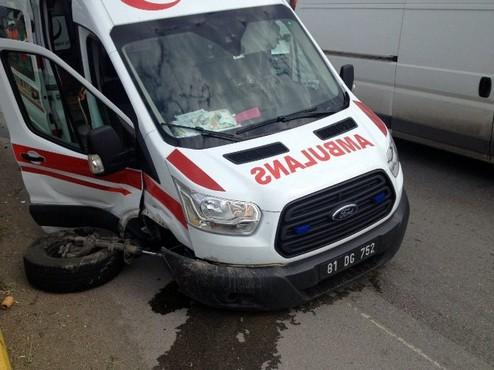 Yaralıları almaya giden ambulans TEM'de kaza yaptı