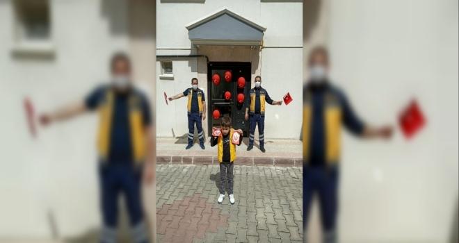 Koronavirüsü Yenen Paramedik Oğlu İçin 23 Nisan Etkinliği Yaptı