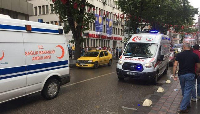 Ambulansa yol vermeyen başka ambulansa tepki gösterdi