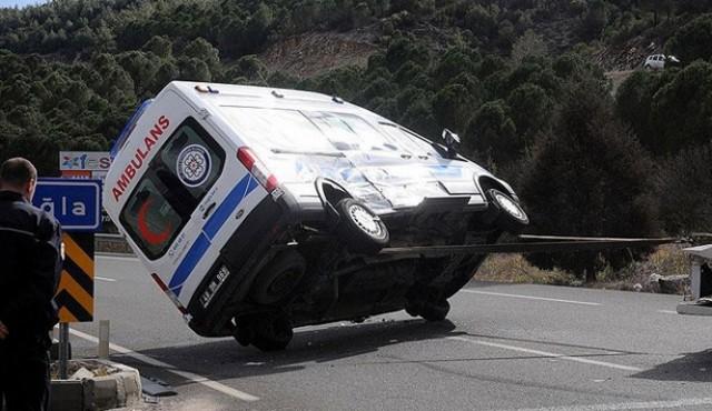 Muğla'da ambulans ile minibüs çarpıştı