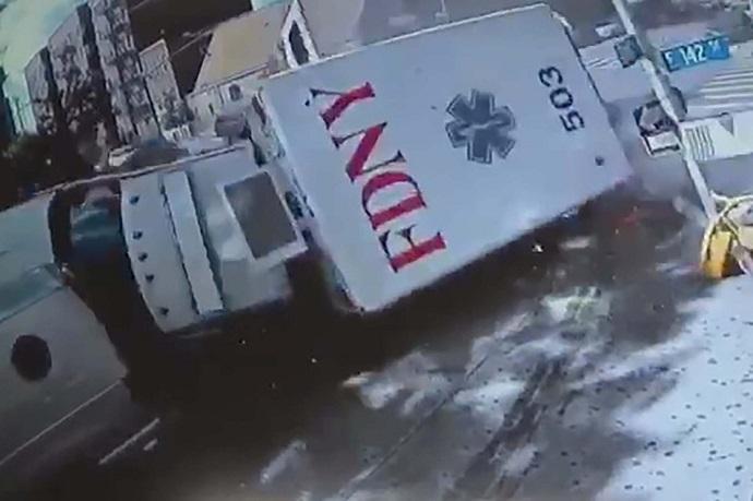 Hasta Almaya Giden Ambulanslar Çarpıştı: 4 Sağlık Personeli Yaralı (Video Haber)