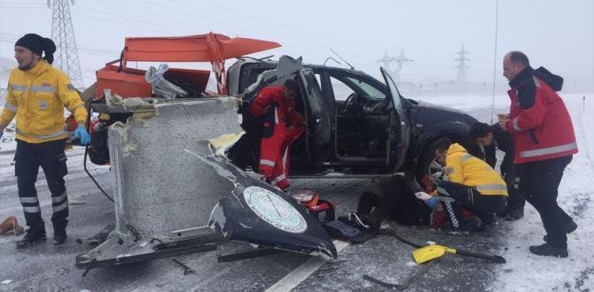 Sivas'ta Zincirleme Trafik kazasına Giden UMKE ve Ambulans'ta Kaza Yaptı: 15 Yaralı