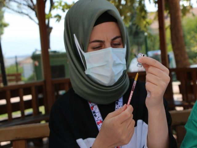 Aşı Olmaktan Korkan Güllü Ninenin Hemşire İle Diyaloğu Güldürdü